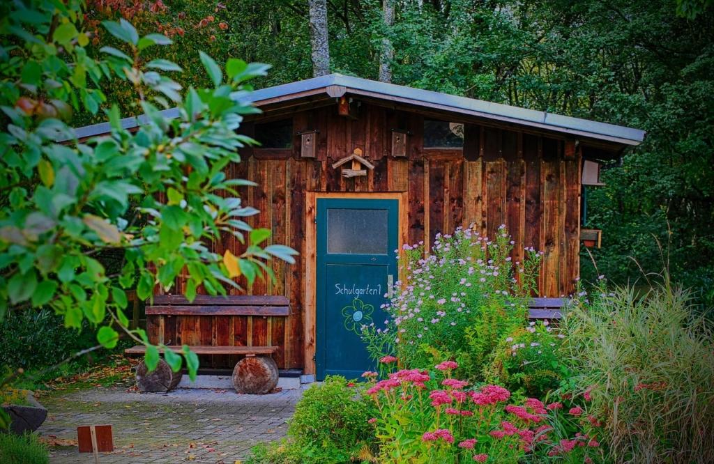 Wie baue ich ein nachhaltiges Gartenhaus aus Holz?